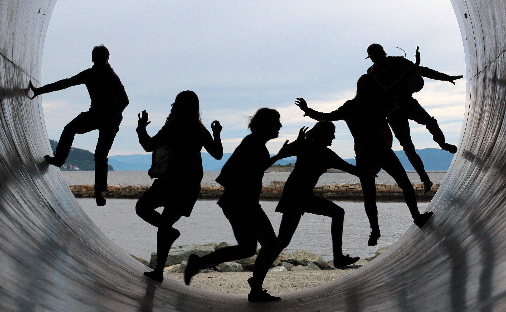 Una tribù che balla con la danza movimento